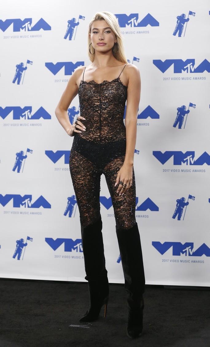 Mốt khoe ngực được chuộng tại MTV VMA 2017 - Ảnh 7.