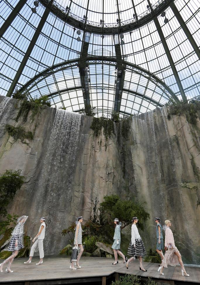 Thác nước lung linh trong sô thời trang Chanel - Ảnh 4.