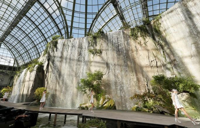 Thác nước lung linh trong sô thời trang Chanel - Ảnh 1.