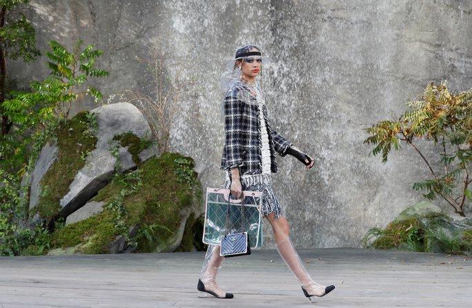 Thác nước lung linh trong sô thời trang Chanel - Ảnh 22.