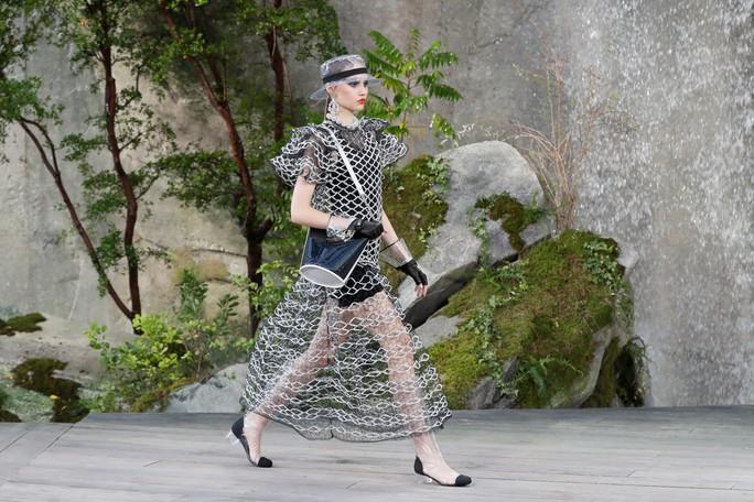 Thác nước lung linh trong sô thời trang Chanel - Ảnh 19.