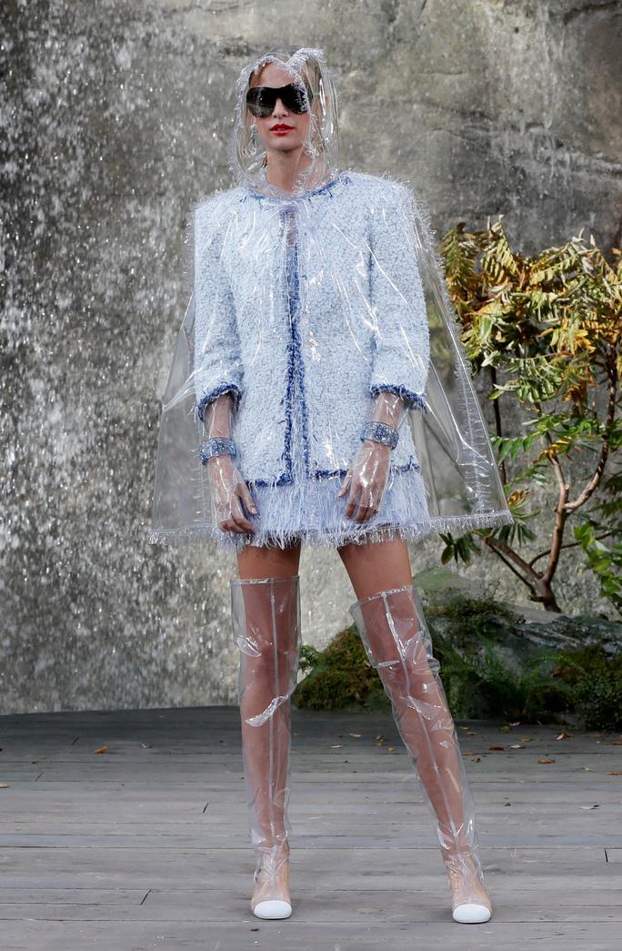 Thác nước lung linh trong sô thời trang Chanel - Ảnh 17.