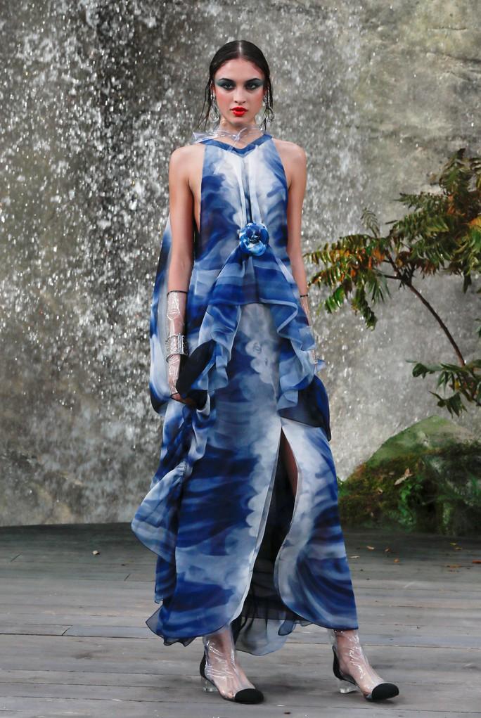 Thác nước lung linh trong sô thời trang Chanel - Ảnh 12.