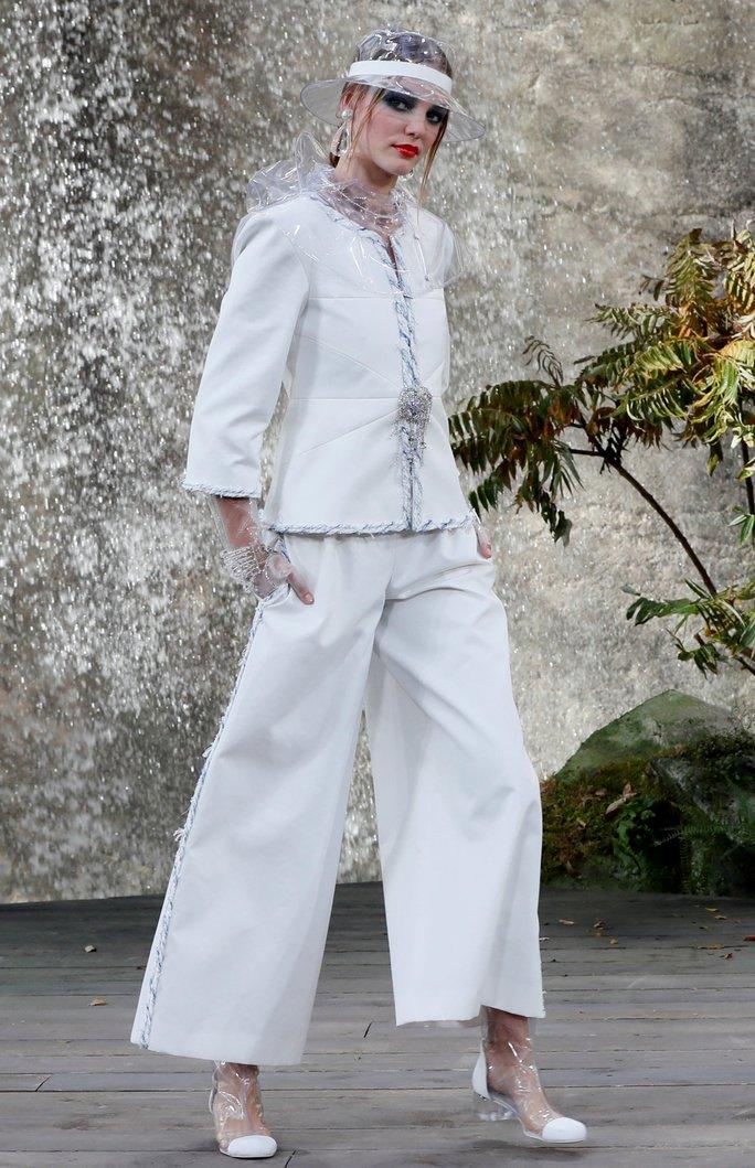 Thác nước lung linh trong sô thời trang Chanel - Ảnh 9.