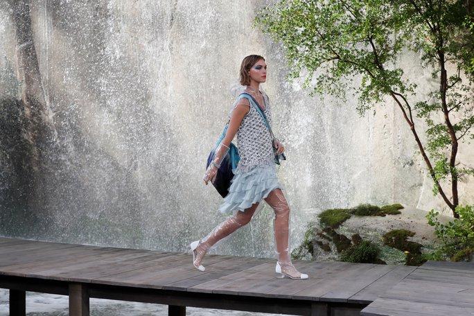 Thác nước lung linh trong sô thời trang Chanel - Ảnh 6.