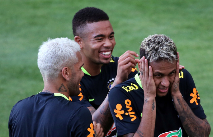 Chơi bóng bàn thua trận, Neymar bị búng lỗ tai - Ảnh 5.