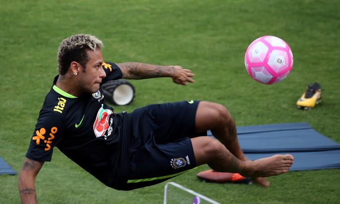 Chơi bóng bàn thua trận, Neymar bị búng lỗ tai - Ảnh 1.
