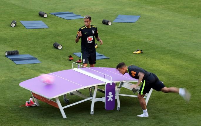 Chơi bóng bàn thua trận, Neymar bị búng lỗ tai - Ảnh 2.