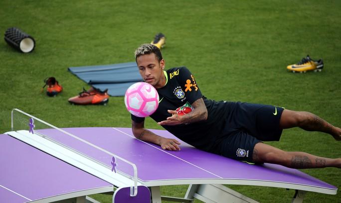 Chơi bóng bàn thua trận, Neymar bị búng lỗ tai - Ảnh 3.