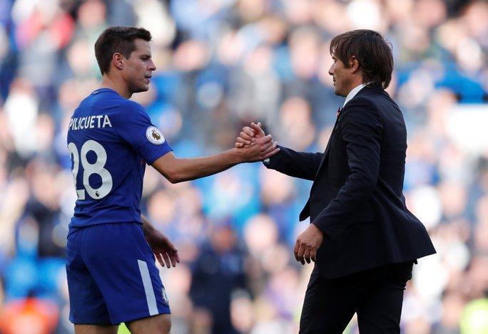 Giúp Chelsea thoát hiểm, Batshuayi đá xoáy HLV Conte - Ảnh 4.