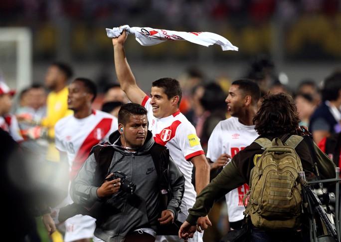 Người đẹp khoe vòng 1 mừng Peru dự World Cup - Ảnh 1.