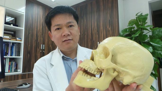 Bác sĩ Tú Dung mô tả lại quá trình phẫu thuật cắt trượt 4 đoạn hàm mặt cứu dung nhan cho cô gái trẻ.