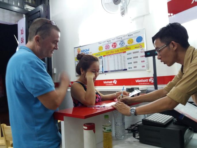 Một du khách nước ngoài chọn mua vé số điện toán