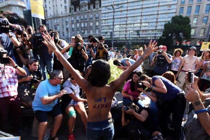 Hàng chục phụ nữ ngực trần đã biểu tình ở thủ đô Buenos Aires. Ảnh:Reuters