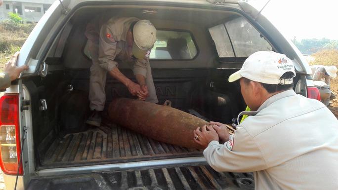 Lực lượng chức năng đưa quả bom đến nơi an toàn, hủy nổ