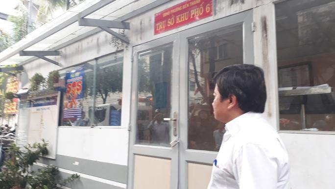 Ông Đoàn Ngọc Hải, Phó Chủ tịch UBND quận 1, phát hiện trụ sở khu phố lấn vỉa hè nên chỉ đạo tháo dỡ lập tức