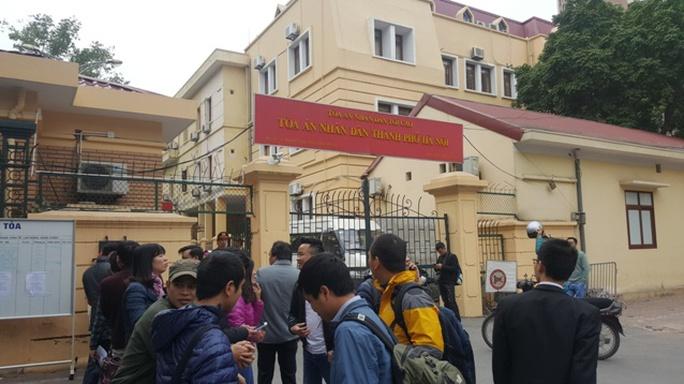 Những người liên quan cùng phóng viên báo chí tới dự phiên tòa