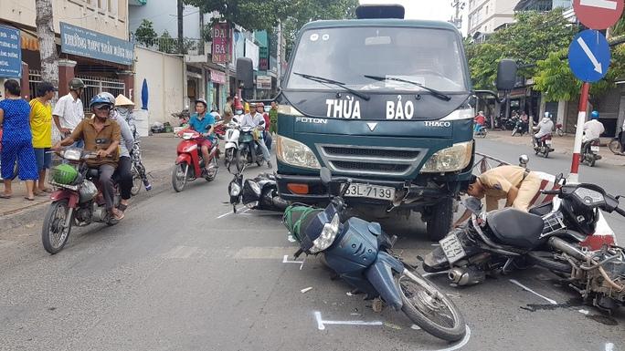 Xe tải mất thắng tông hàng loạt xe máy chờ đèn đỏ - Ảnh 1.