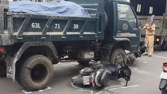 Xe tải mất thắng tông hàng loạt xe máy chờ đèn đỏ - Ảnh 2.