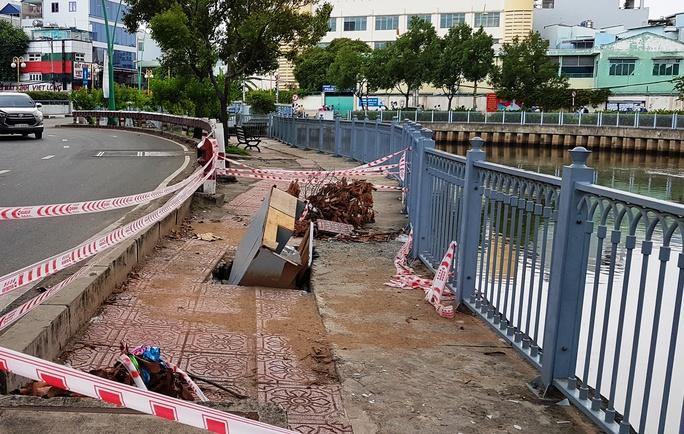 Sụp lún 1 tuần ven kênh Nhiêu Lộc, chưa thấy khắc phục - Ảnh 1.