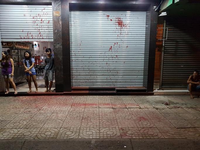 Dân vây bắt kẻ tạt sơn vào quán phở Lệ, quận 3 - Ảnh 2.