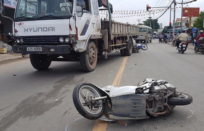 Xe tải tông hàng loạt xe máy và ô tô ở quận 12 - Ảnh 1.