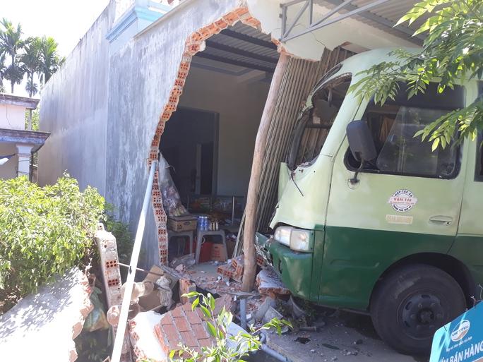 Xe buýt đâm sập nhà dân, nhiều người la hét hoảng loạn - Ảnh 1.