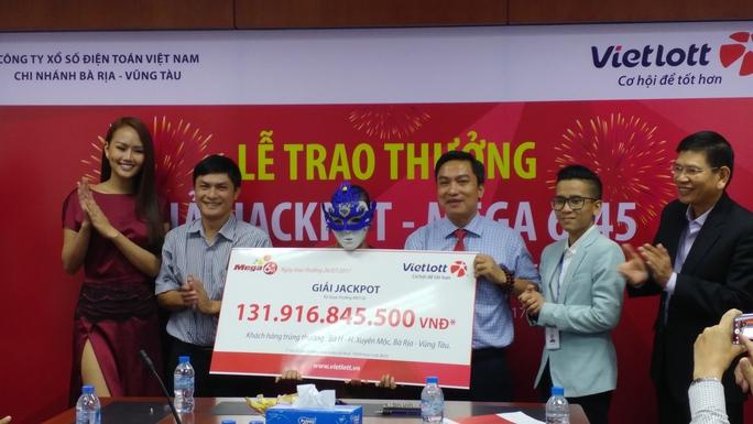 Người trúng Vietlott 132 tỉ đồng đã lãnh giải, làm từ thiện 1 tỉ - Ảnh 1.