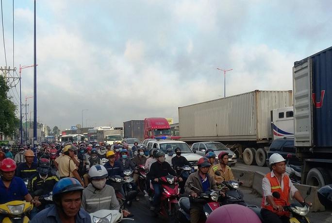 Một xe gây tai nạn đủ khiến xa lộ Hà Nội kẹt cứng - Ảnh 4.