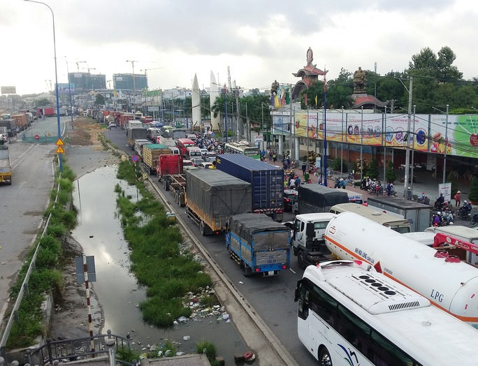 Một xe gây tai nạn đủ khiến xa lộ Hà Nội kẹt cứng - Ảnh 3.