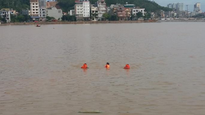 Học sinh bước hụt chân xuống cống thoát nước tử vong - Ảnh 2.