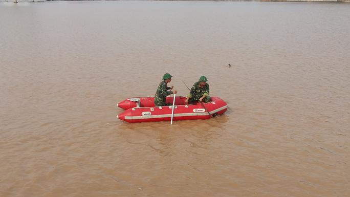 Học sinh bước hụt chân xuống cống thoát nước tử vong - Ảnh 3.