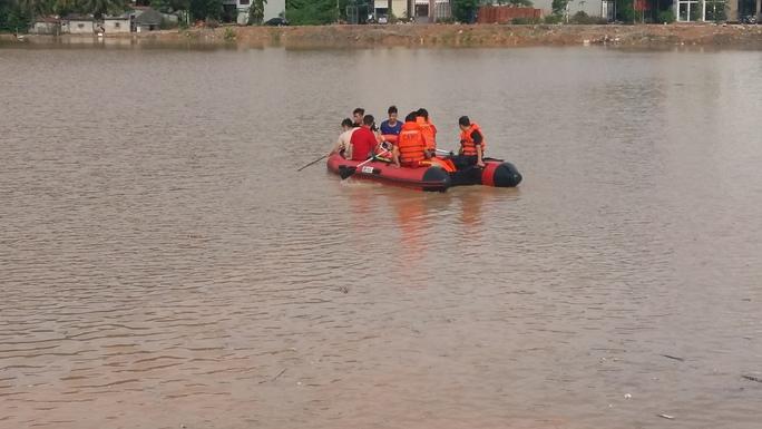 Học sinh bước hụt chân xuống cống thoát nước tử vong - Ảnh 4.