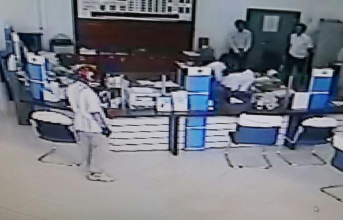 Lộ chân tướng kẻ cướp ngân hàng chỉ trong 3 phút - Ảnh 1.
