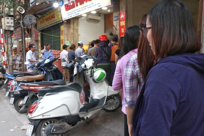 Hà Nội: Xếp hàng dài đợi mua bánh trung thu truyền thống - Ảnh 3.