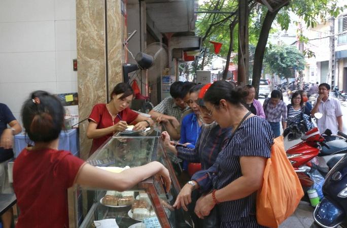 Hà Nội: Xếp hàng dài đợi mua bánh trung thu truyền thống - Ảnh 4.