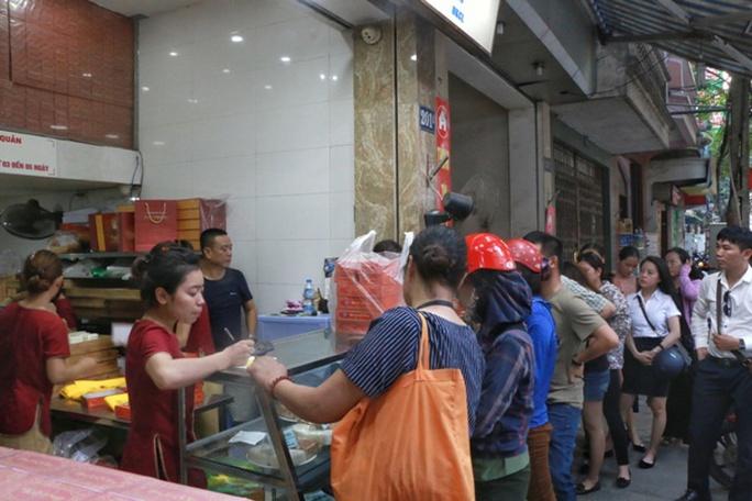 Hà Nội: Xếp hàng dài đợi mua bánh trung thu truyền thống - Ảnh 6.
