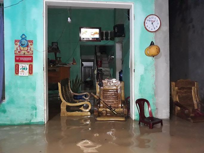 Cận cảnh Bắc Trung Bộ chìm trong mưa lũ - Ảnh 9.