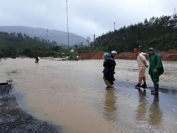 Lâm Đồng: 2 người chết, nhiều nơi bị cô lập do bão - Ảnh 11.