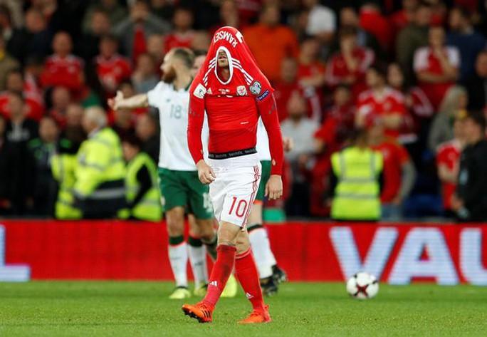 Bale và đồng đội chết lặng khi mất vé dự World Cup - Ảnh 4.