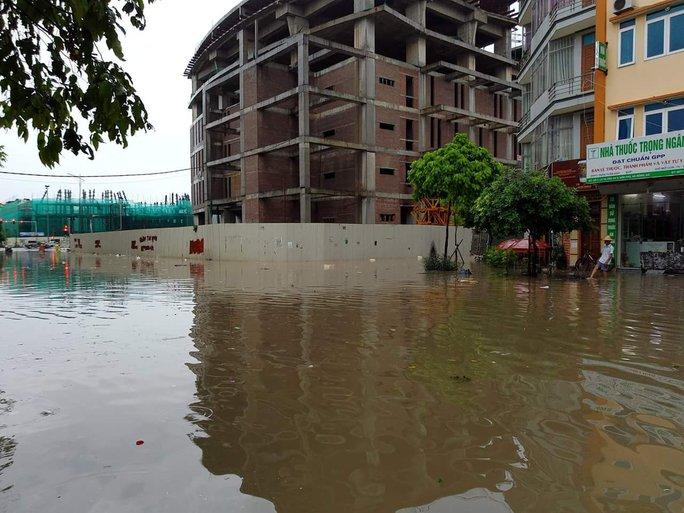 Mưa lớn, dân bì bõm trên nhiều tuyến phố  Hà Nội ngập sâu - Ảnh 8.