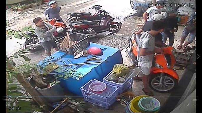 Clip: Giang hồ dội mưa gạch vào nhà dân ở quận Bình Thạnh - Ảnh 3.