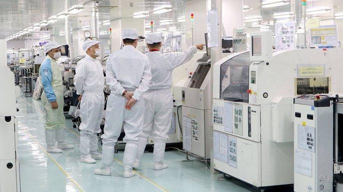 CEO Nguyễn Tử Quảng thị sát nhà máy sản xuất Bphone 2 - Ảnh 3.