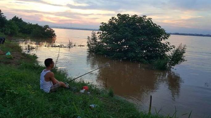 Thủy điện Hòa Bình xả đáy, dân xóm chài sông Hồng thấp thỏm - Ảnh 20.