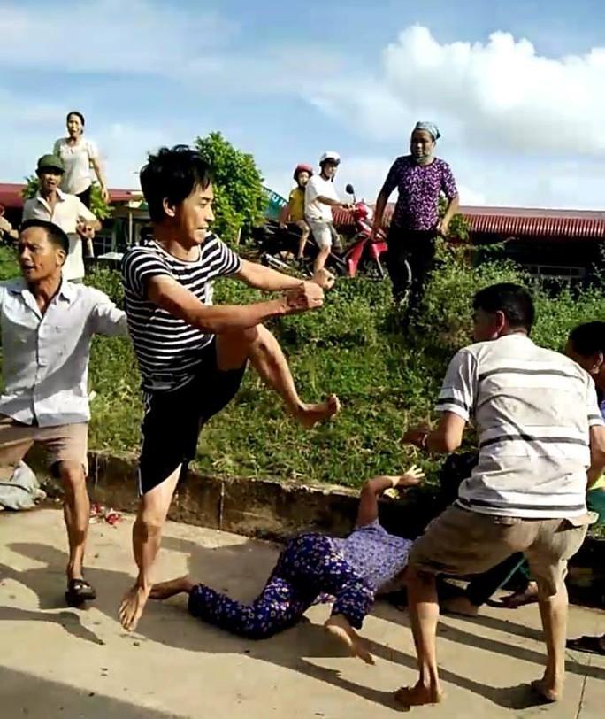 Bảo vệ cây trứng cá, 2 vợ chồng bị đánh nhập viện - Ảnh 1.