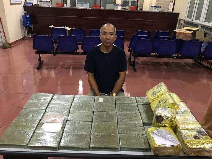 Phát hiện thêm 32 bánh heroin trên trần xe của ông trùm - Ảnh 1.