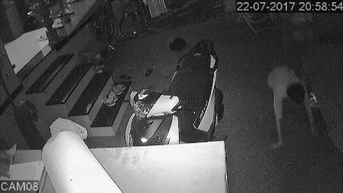 Clip: Hoảng hồn khi phát hiện kẻ trộm dưới gầm giường - Ảnh 2.
