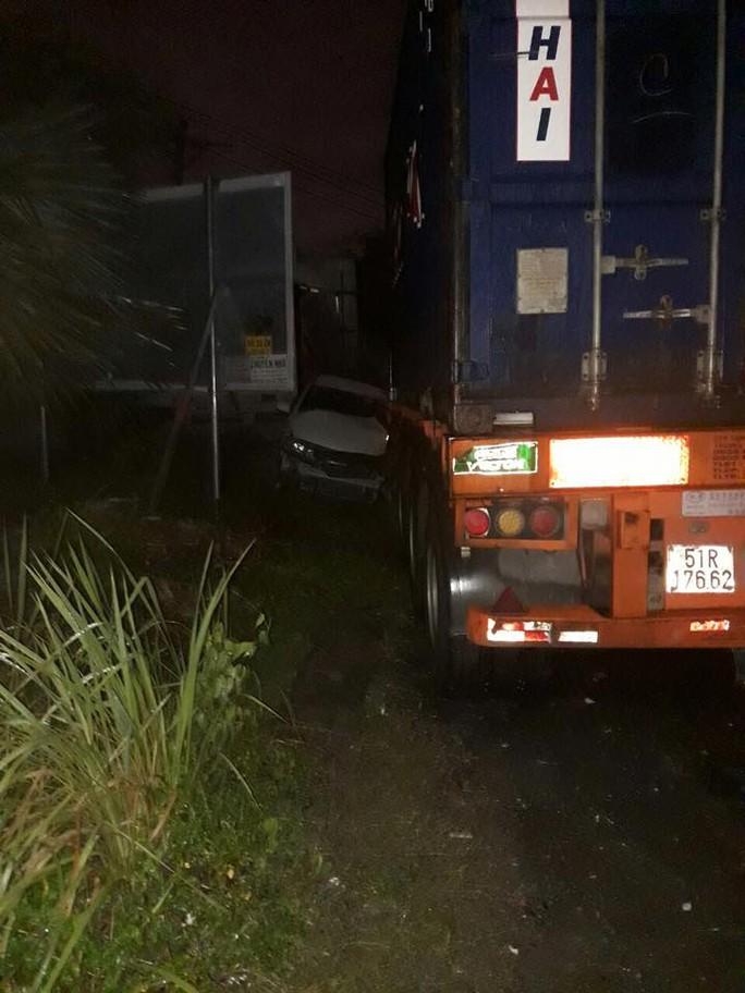 Sự thật vụ tài xế xe container cố tình cán qua ô tô ở quận 9 - Ảnh 2.
