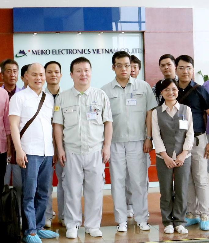 CEO Nguyễn Tử Quảng thị sát nhà máy sản xuất Bphone 2 - Ảnh 1.