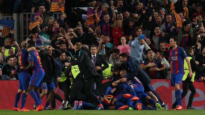 CĐV Barcelona tràn xuống sân ăn mừng sau bàn thắng của Sergio Roberto